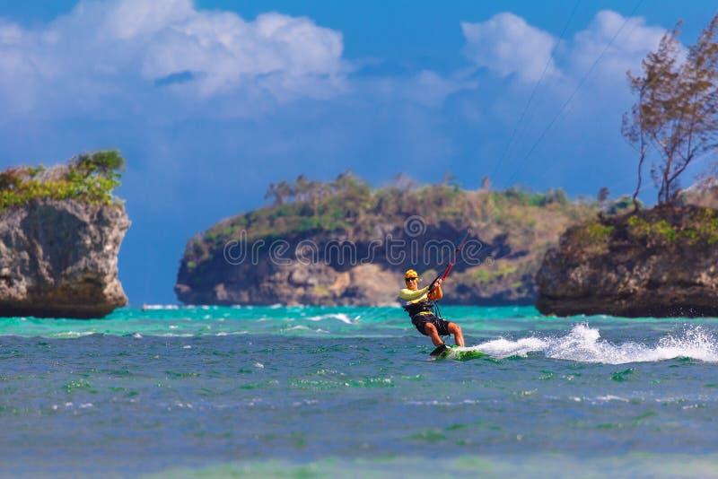 Junges kitesurfer auf Seehintergrund extremem Sport Kitesurfing lizenzfreies stockbild