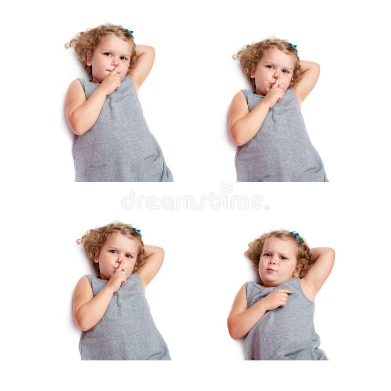 Junges kleines Mädchen, das über lokalisiertem weißem Hintergrund liegt lizenzfreies stockfoto