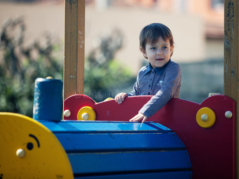 Junges kleines Mädchen, das Spaß im Park hat stockbild