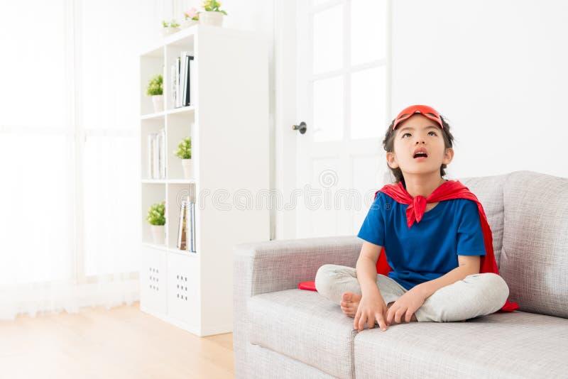 Junges Kleinkindkindermädchenspiel als Superheld lizenzfreie stockfotos