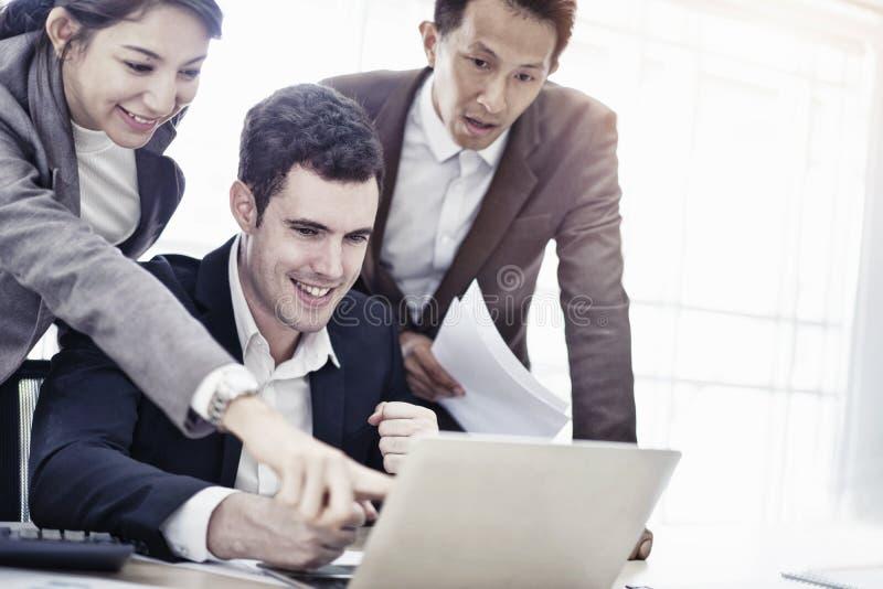 Junges kreatives Mitarbeiterteam, das spricht und, das arbeitet sich zu beraten und neues Planungsprojekt im Büro, Geschäftsleute stockbild