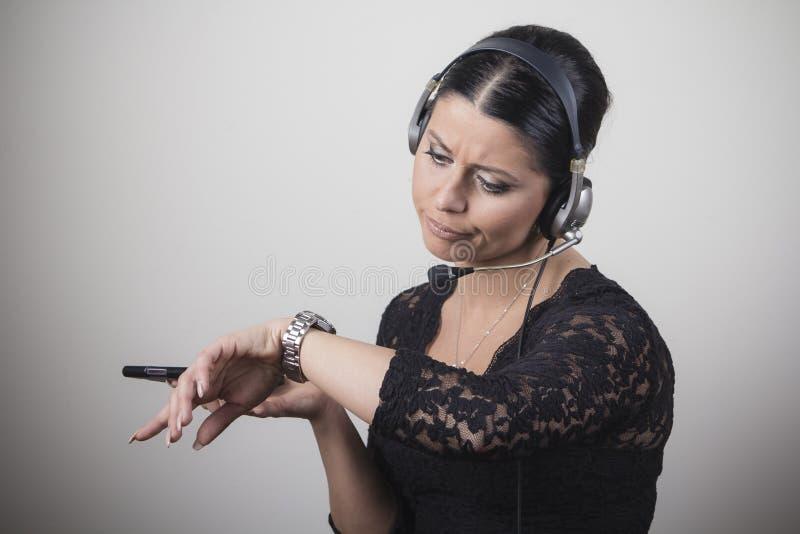 Junges Kundendienstvertreter gebohrt mit Gespräch lizenzfreie stockfotografie