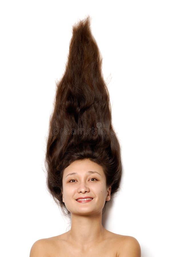 Junges lächelndes Frauengesicht mit dem langen braunen Haar stockfoto