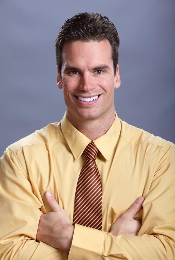 Junges lächelndes Geschäftsmannporträt lizenzfreie stockbilder