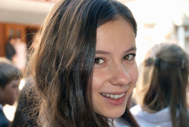 Junges lächelndes Mädchen stockfoto