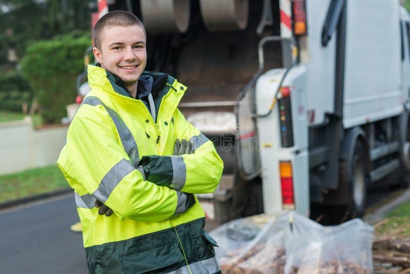 Junges lächelndes Müllfahrzeug des Porträts lizenzfreie stockfotografie