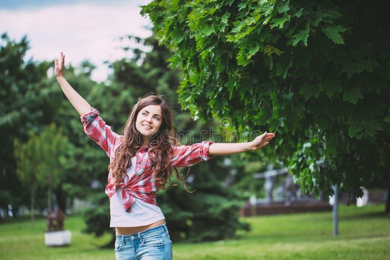 Junges lachendes Mädchen im Park lizenzfreie stockfotos
