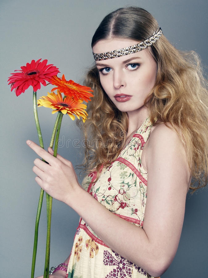 Junges langhaariges Mädchen mit Blumen lizenzfreies stockbild