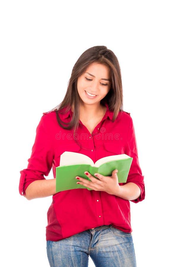 Junges lateinisches Mädchen-Lesebuch lizenzfreie stockfotografie