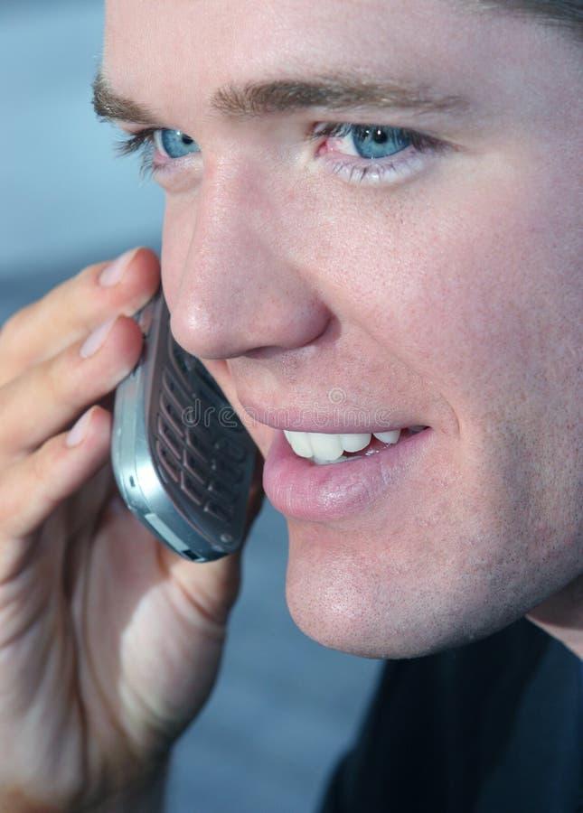 Junges Leitprogramm auf Mobiltelefon lizenzfreie stockfotos