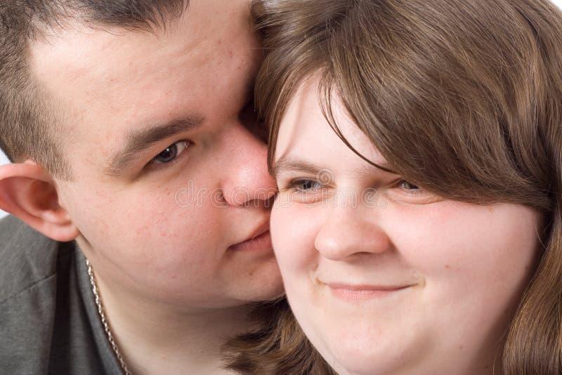 Junges Liebespaarlächeln stockbilder