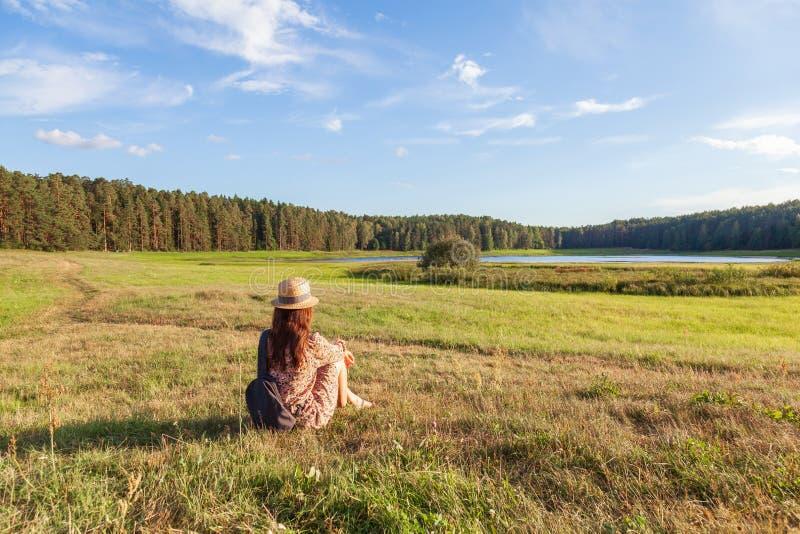 Junges Mädchen Landschaft, zu faszinieren genießen stockfoto