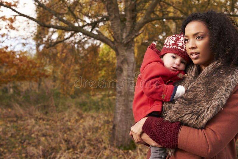 Junges Mädchen auf Autumn Walk With Mother stockfoto