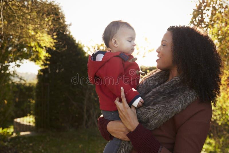 Junges Mädchen auf Autumn Walk With Mother lizenzfreie stockfotos