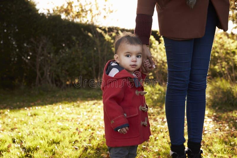 Junges Mädchen auf Autumn Walk With Mother lizenzfreie stockfotografie