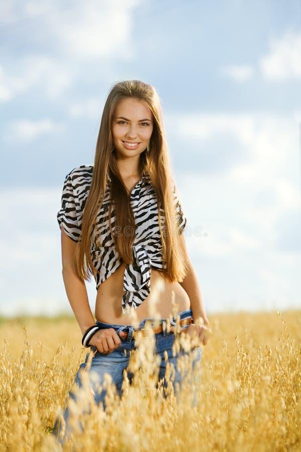 Junges Mädchen auf dem Gebiet stockfoto