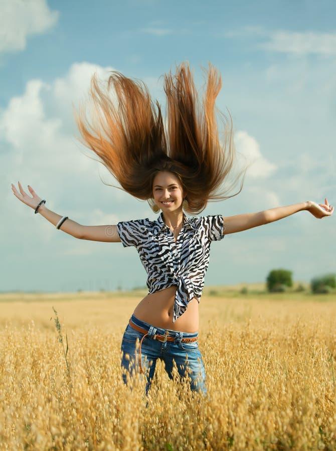 Junges Mädchen auf dem Gebiet lizenzfreies stockfoto