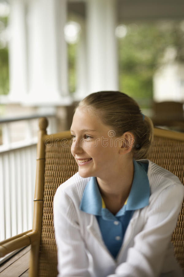Junges Mädchen auf dem Portal-Lächeln stockbilder