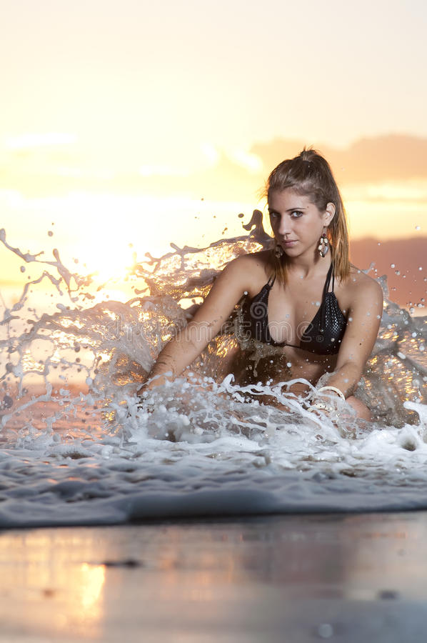 Junges Mädchen auf dem Strand 2 stockfoto