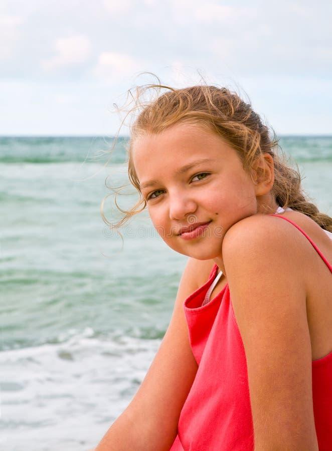 Junges Mädchen auf dem Strand lizenzfreie stockfotos