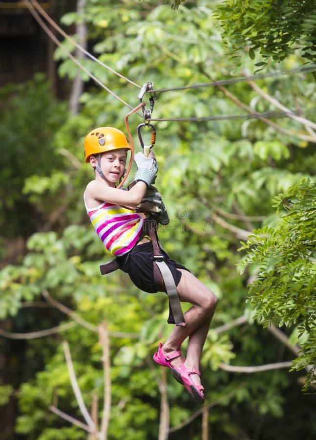 Junges Mädchen auf einem Dschungel zipline stockfotos