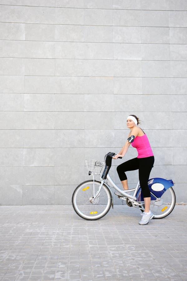 Junges Mädchen auf einem Fahrrad stockbilder