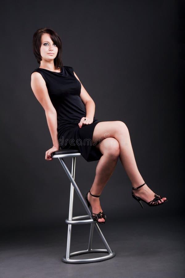 Junges Mädchen auf einem Stuhl lizenzfreie stockbilder