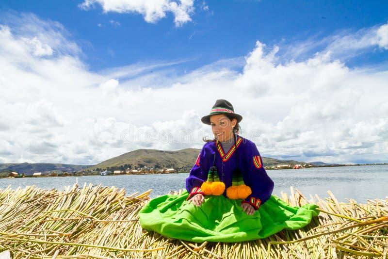 Junges Mädchen auf einer sich hin- und herbewegenden Uros Insel, Titicaca lizenzfreies stockbild