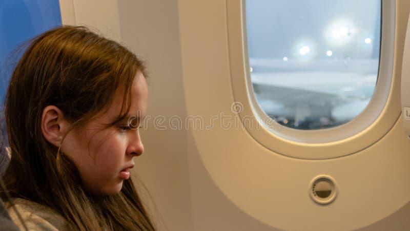Junges Mädchen auf Flugzeug stockbild