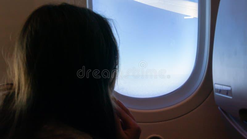 Junges Mädchen auf Flugzeug lizenzfreie stockfotografie