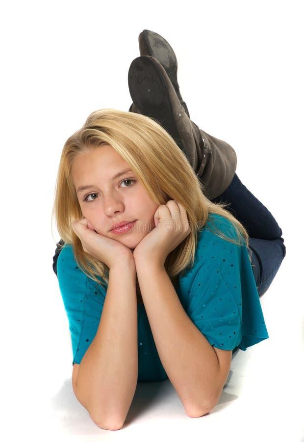 Junges Mädchen auf Fußboden lizenzfreies stockfoto