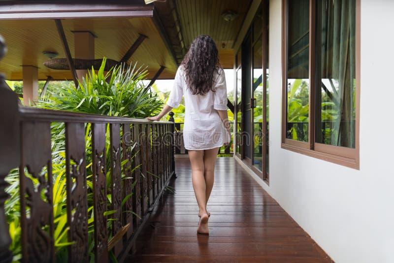 Junges Mädchen auf Hotel-Terrasse, tropische Forest Beautiful Woman Back Rear-Ansicht-Sommer-Ferien stockbilder