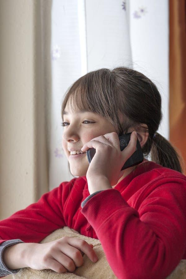 Junges Mädchen auf Mobiltelefon. lizenzfreies stockfoto