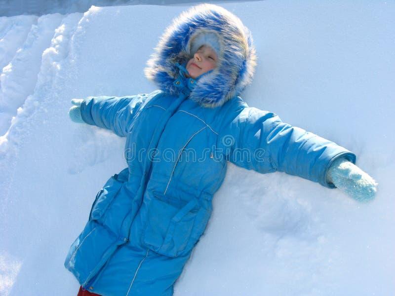 Junges Mädchen auf Schnee stockbilder