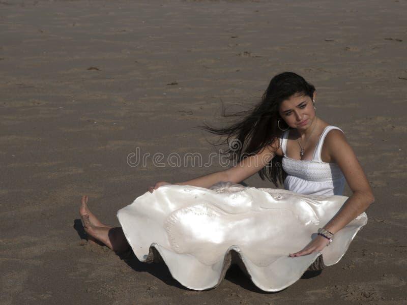 Junges Mädchen auf Strand mit riesigem Shell lizenzfreie stockfotos