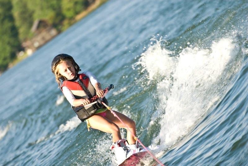 Junges Mädchen auf Wakeboard stockbild