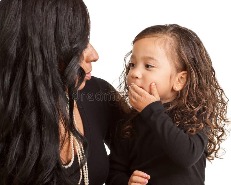 Junges Mädchen brennt einen Kuss zu ihrer Mutter durch stockbild