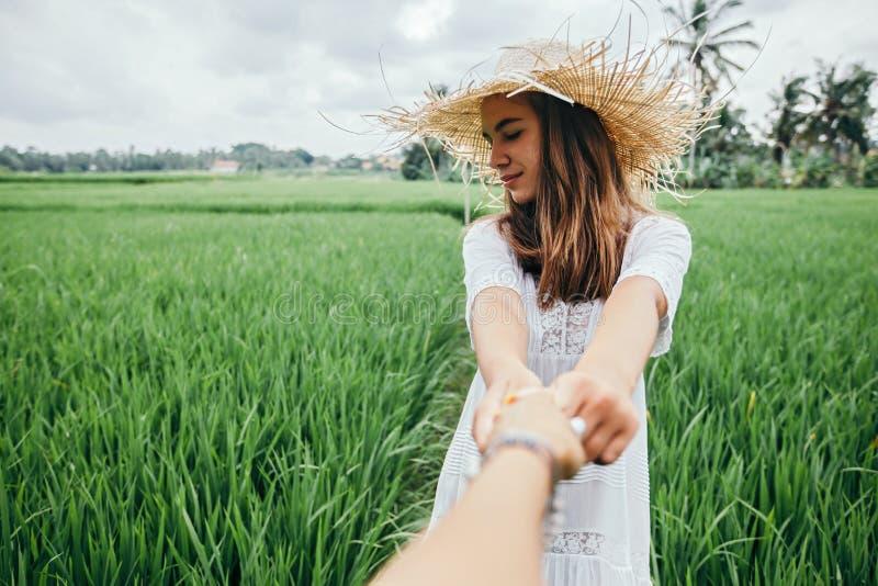 Junges Mädchen, das auf dem Reisgebiet in Bali geht stockbilder