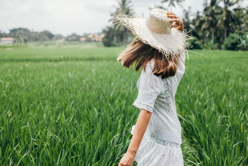 Junges Mädchen, das auf dem Reisgebiet in Bali geht stockfoto