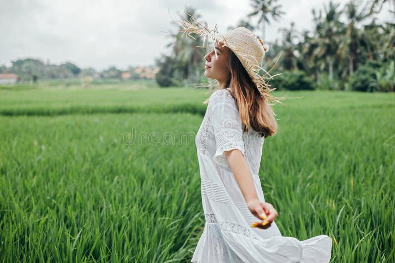 Junges Mädchen, das auf dem Reisgebiet in Bali geht lizenzfreies stockfoto