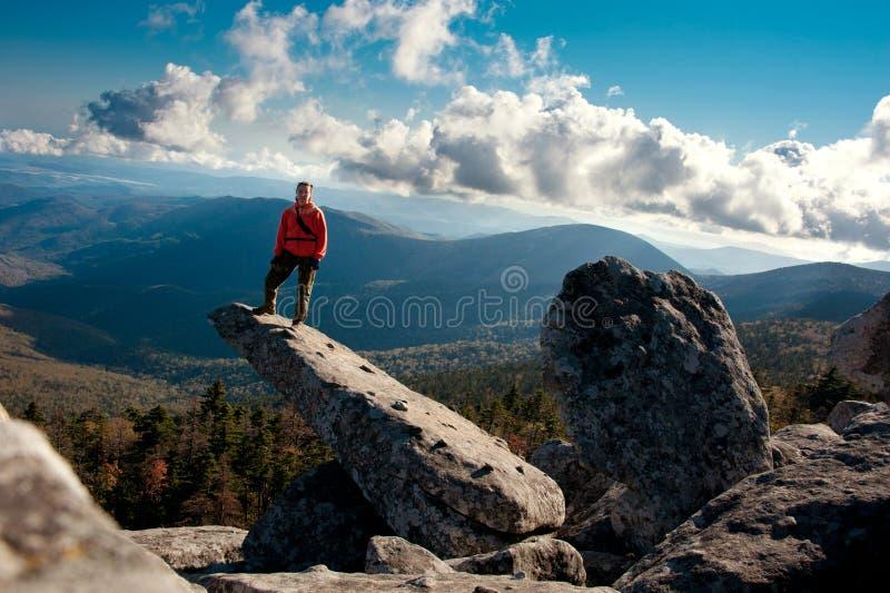 Mädchen auf der Klippe stockbild