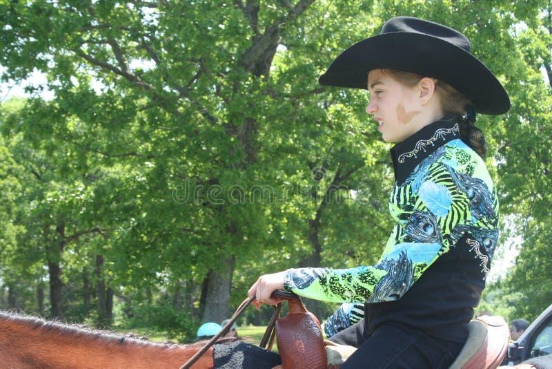 Junges Mädchen, das auf einem Quarterhorse sitzt lizenzfreie stockbilder