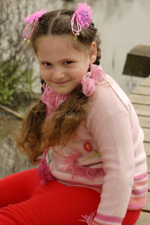 Junges Mädchen, das auf einer Brücke stationiert lizenzfreies stockfoto