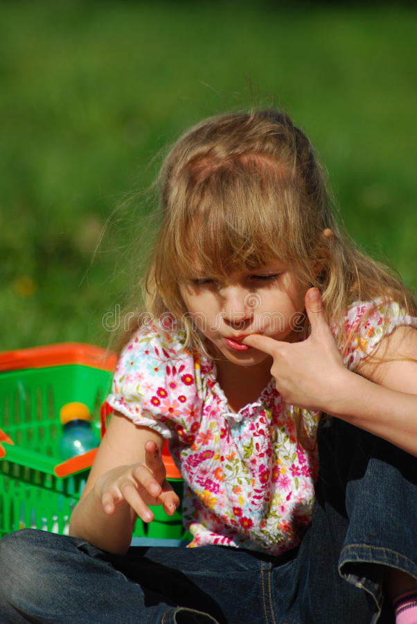 Junges Mädchen, das auf Picknick isst stockfotos