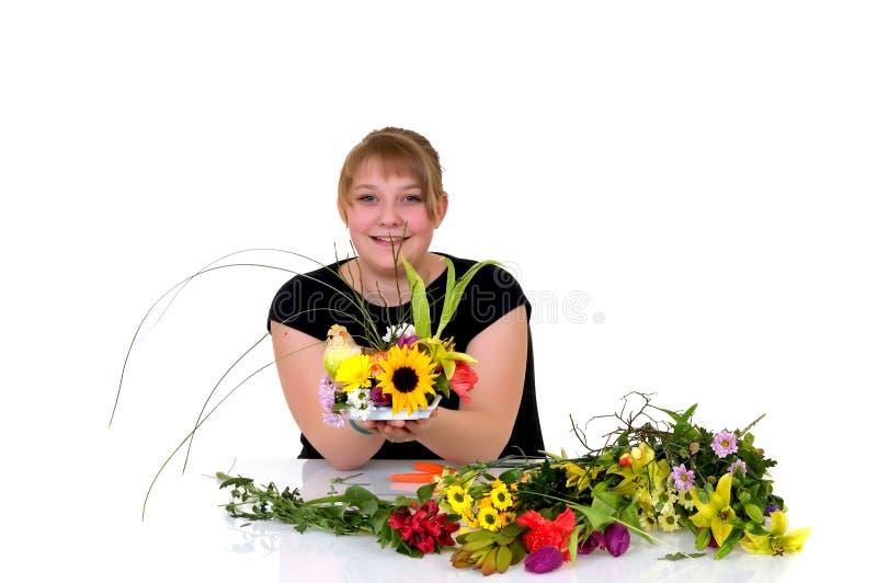 Junges Mädchen, das Blumen anordnet stockbilder