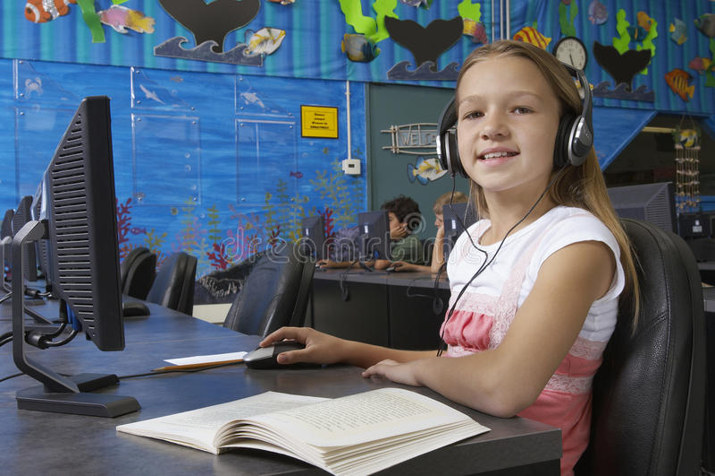Junges Mädchen, das Computer im Labor verwendet lizenzfreies stockfoto