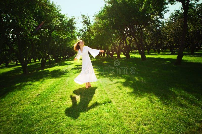 Junges Mädchen, das in den Garten läuft stockfotos