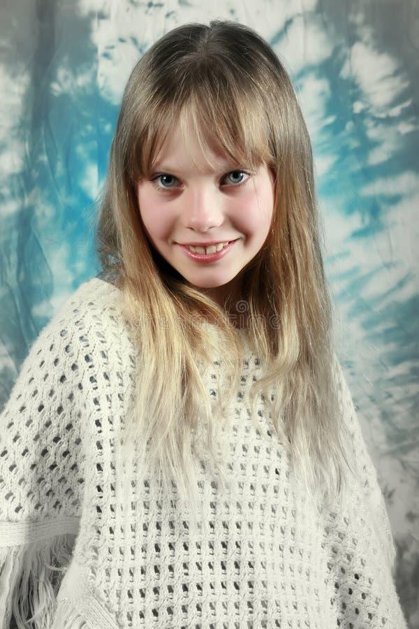 junges Mädchen, das an der Kamera lächelt lizenzfreie stockfotografie