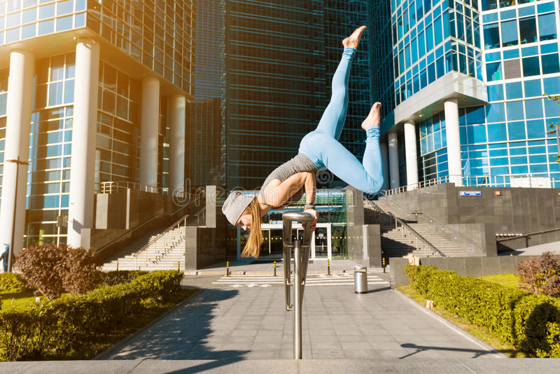 Junges Mädchen, das draußen Yoga in der Stadt tut stockfoto