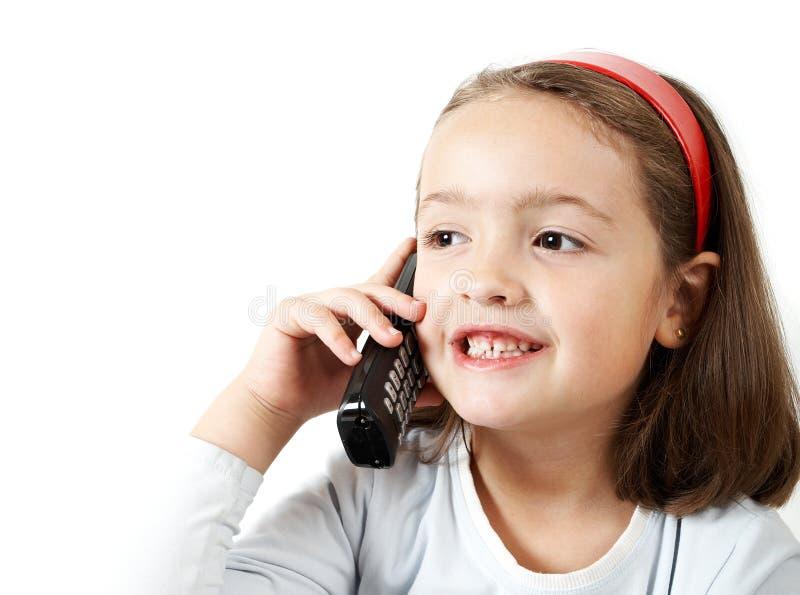 Junges Mädchen, das durch Telefon spricht lizenzfreies stockfoto